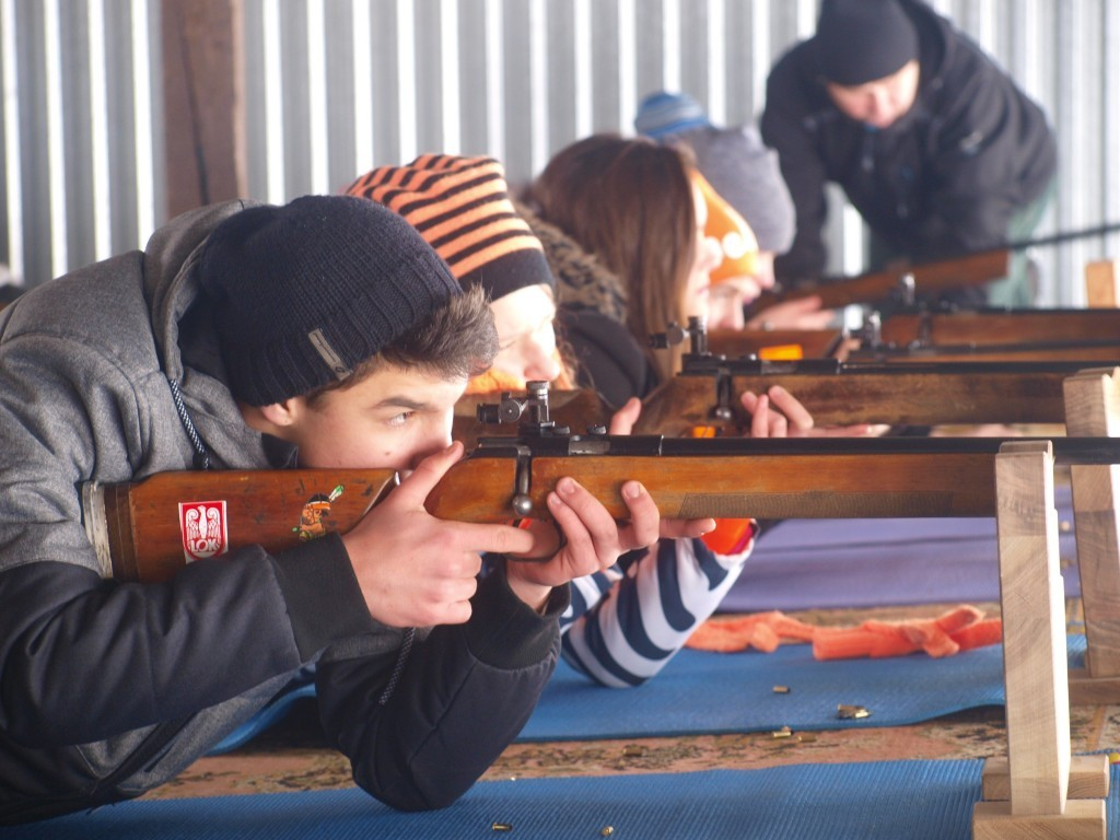 zawodnik strzelający z karabinku