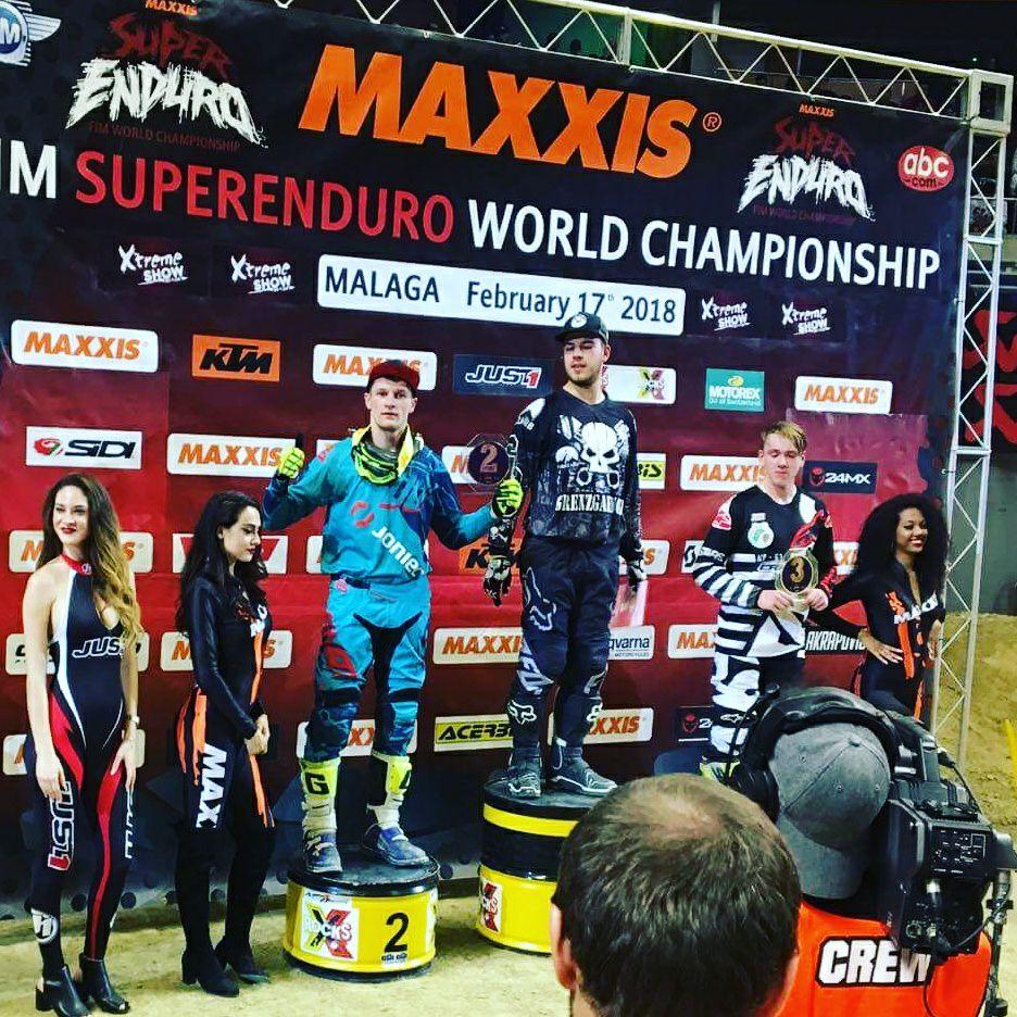 Emil Juszczak stoi na drugim miejscu podium