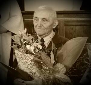 Władysław Frączek trzymający bukiet kwiatów