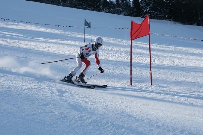 Zawodnik w trakcie zjazdu alpejskiego