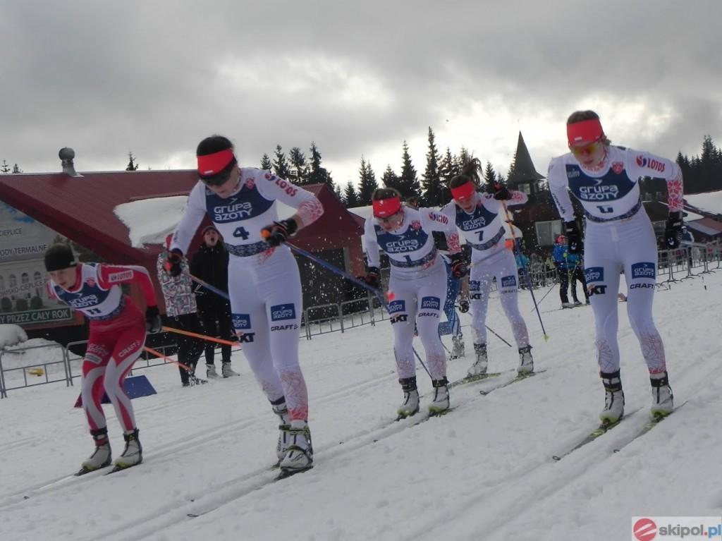 zawodnicy ścigający się na nartach biegowych