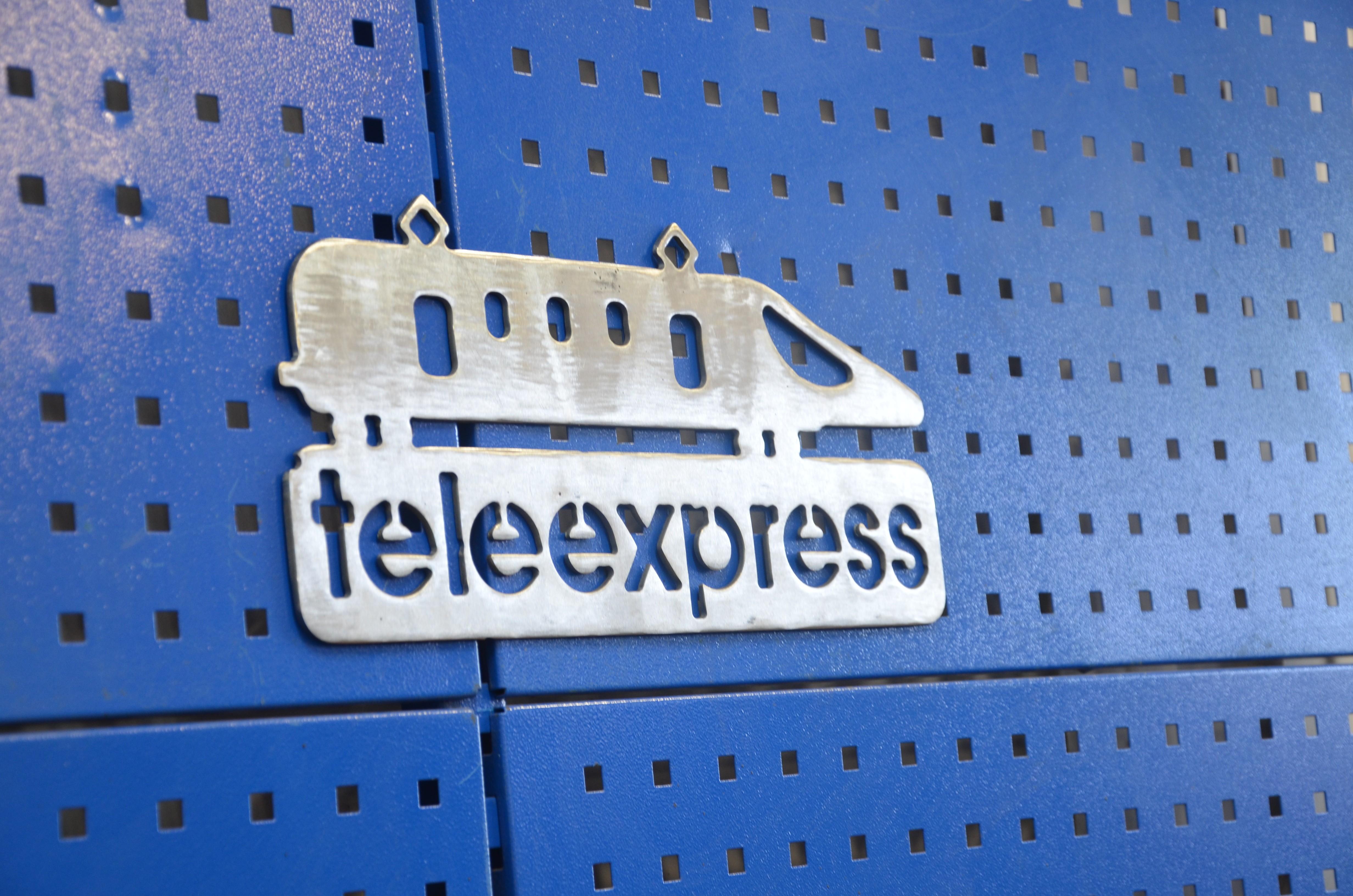 Logo teleexpresu - pociąg - wykonany przez spawaczy