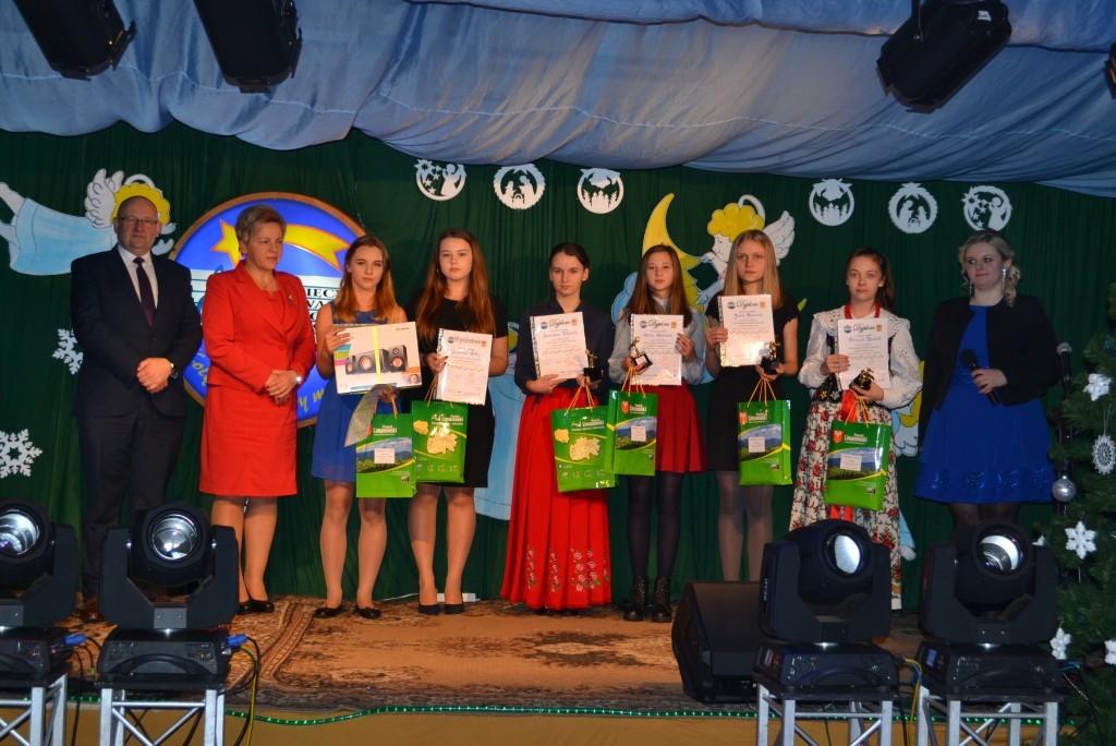 Zwycięzcy konkursu wraz ze Starsota Limanowskim Janem Puchałą i Członkiem Zarządu Powiatu Limanowskiego Agatą Ziębą