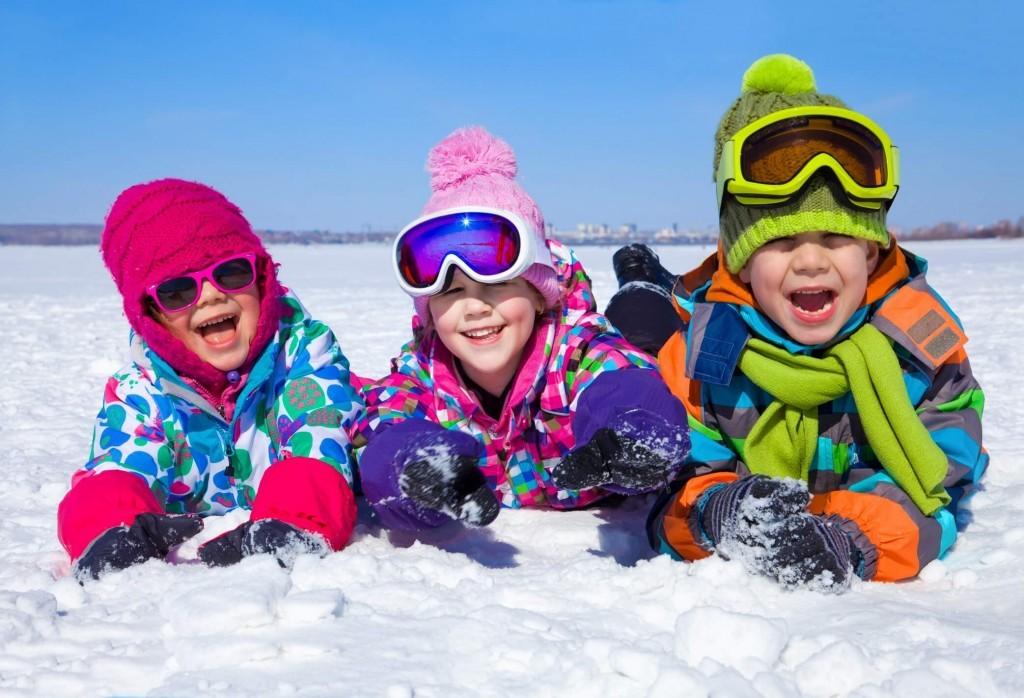 dzieci bawiące sie w śniegu