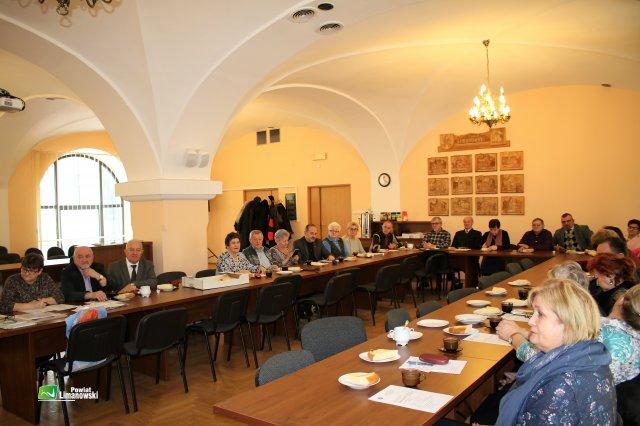 członkowie Polskiego Związku Emerytów, Rencistów i Inwalidów Zarządu Rejonowego Limanowa podczas obrad