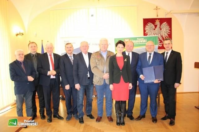pamiątkowe zdjęcie uczestników spotkania