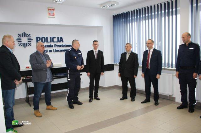 komendant policji składa życzenia policjantom odchodzącym na emeryturę
