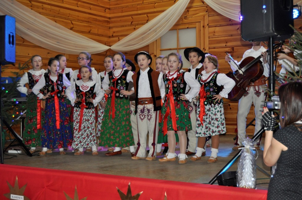 dzieci przebrane w stroje regionalne śpiewają kolędy