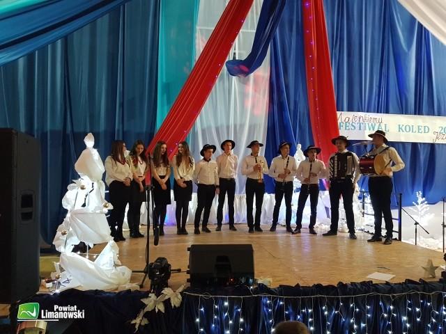 Grupa uczestników festiwalu na scenie podcza występu