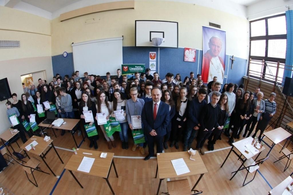 zdjęcie grupowe uczestników konkursu