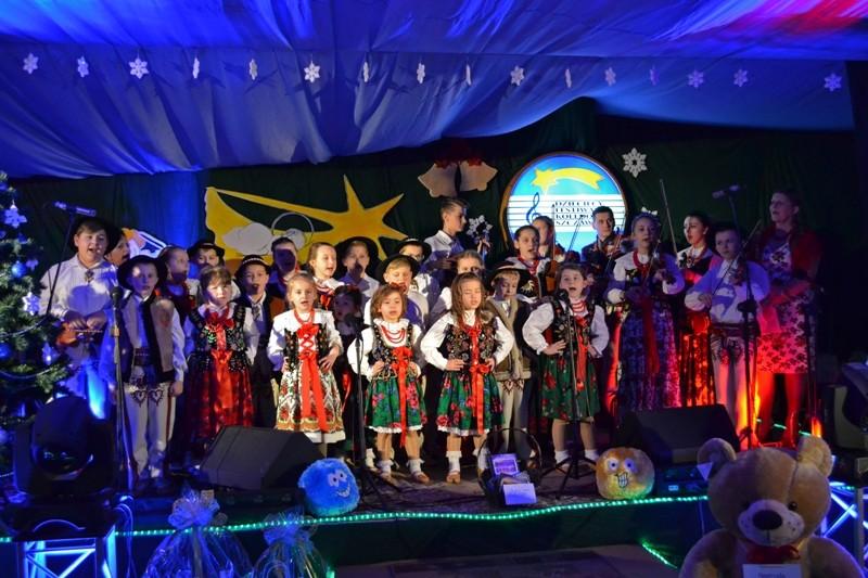 dzieci w strojach regionalnych śpiewaja kolędy