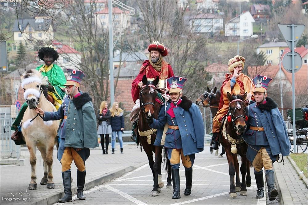 Trzej królowie jadący na koniach prowadzonych przez wojskowych