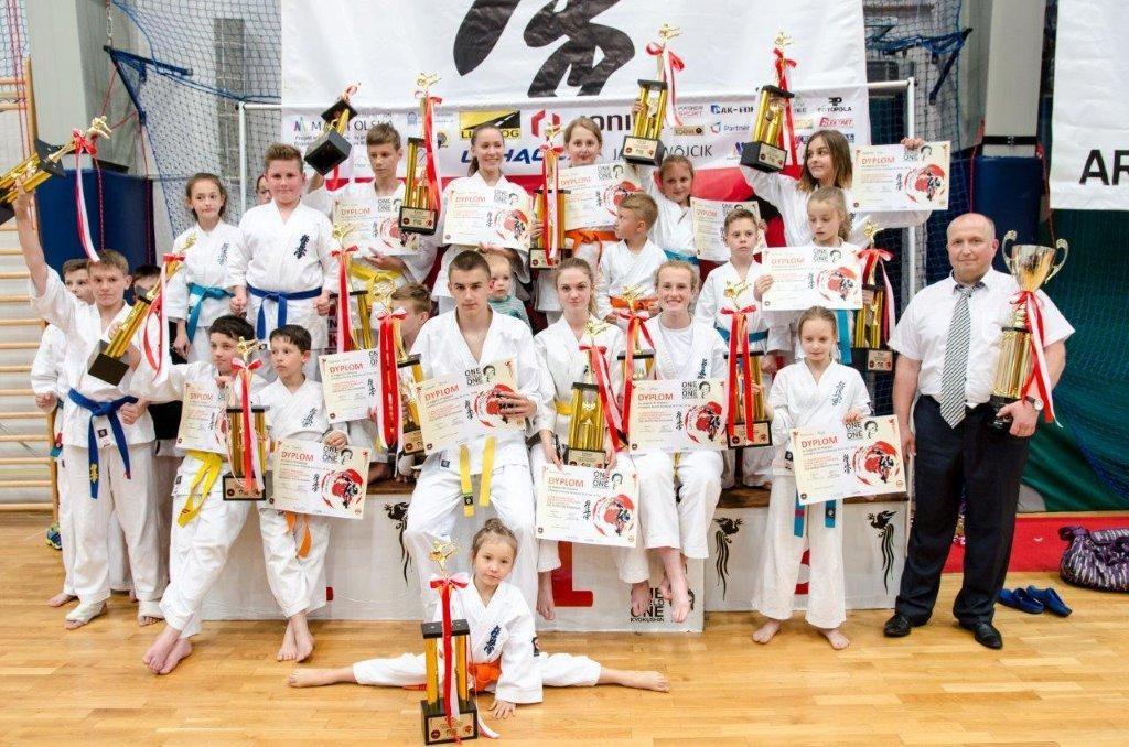 Zwyciężcy turnieju wraz z opiekunem pozują do wspólnego zdjęcia
