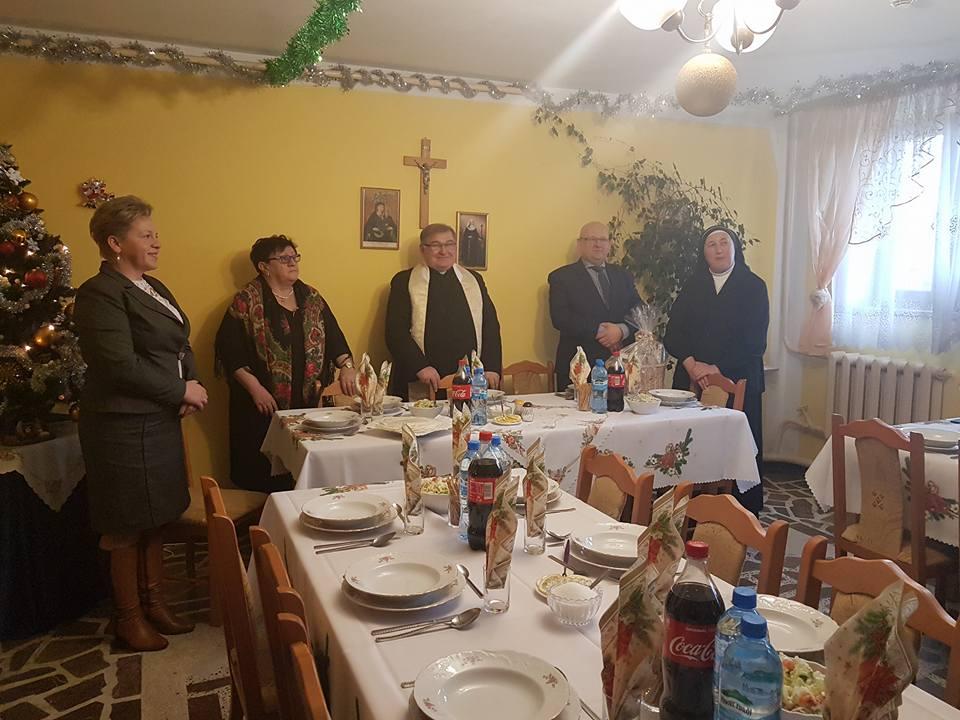 zaproszeni goście zasiadają do stołu