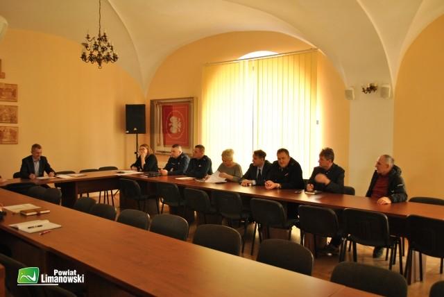 Członkowie Powiatowego Zespołu Zarządzania Kryzysowego w trakcie obrad