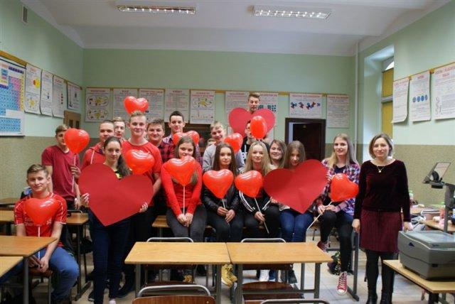młodzież trzymająca balony w kształcie serca