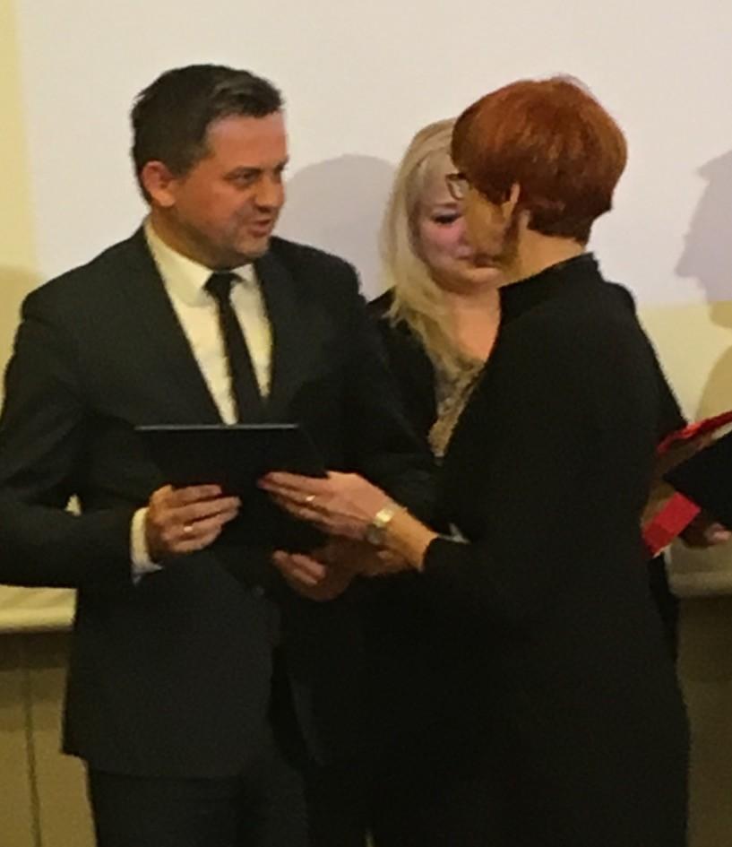 Dyrektor PUP Marek Młynarczyk odbierający wyróżnienie z rąk Minister Rodziny Pracy i Polityki Społecznej Elżbiety Rafalskiej