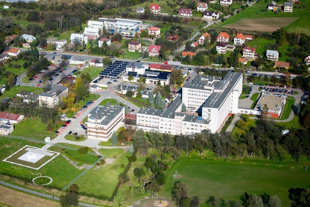 widok z lotu ptaka na budynek szpitala powiatowego