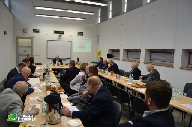 Członkowie Małopolskiej Wojewódzkiej Rady Bezpieczeństwa Ruchu Drogowego podczas obrad