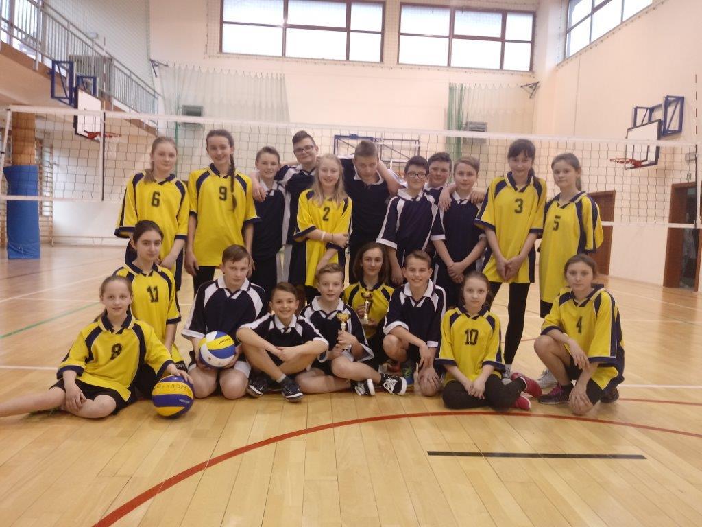 Zwycięskie drużyny na zdjęciu grupowym