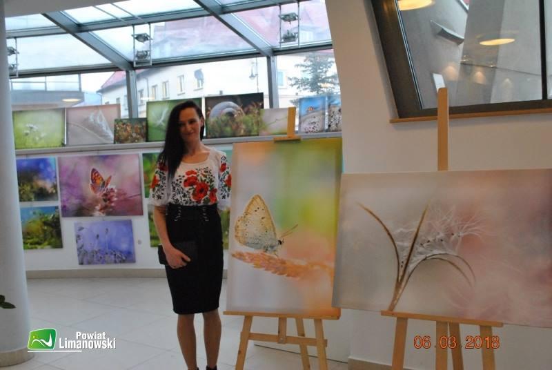 Lidia Sułkowska stojąca przy jednym ze swoich zdjęć