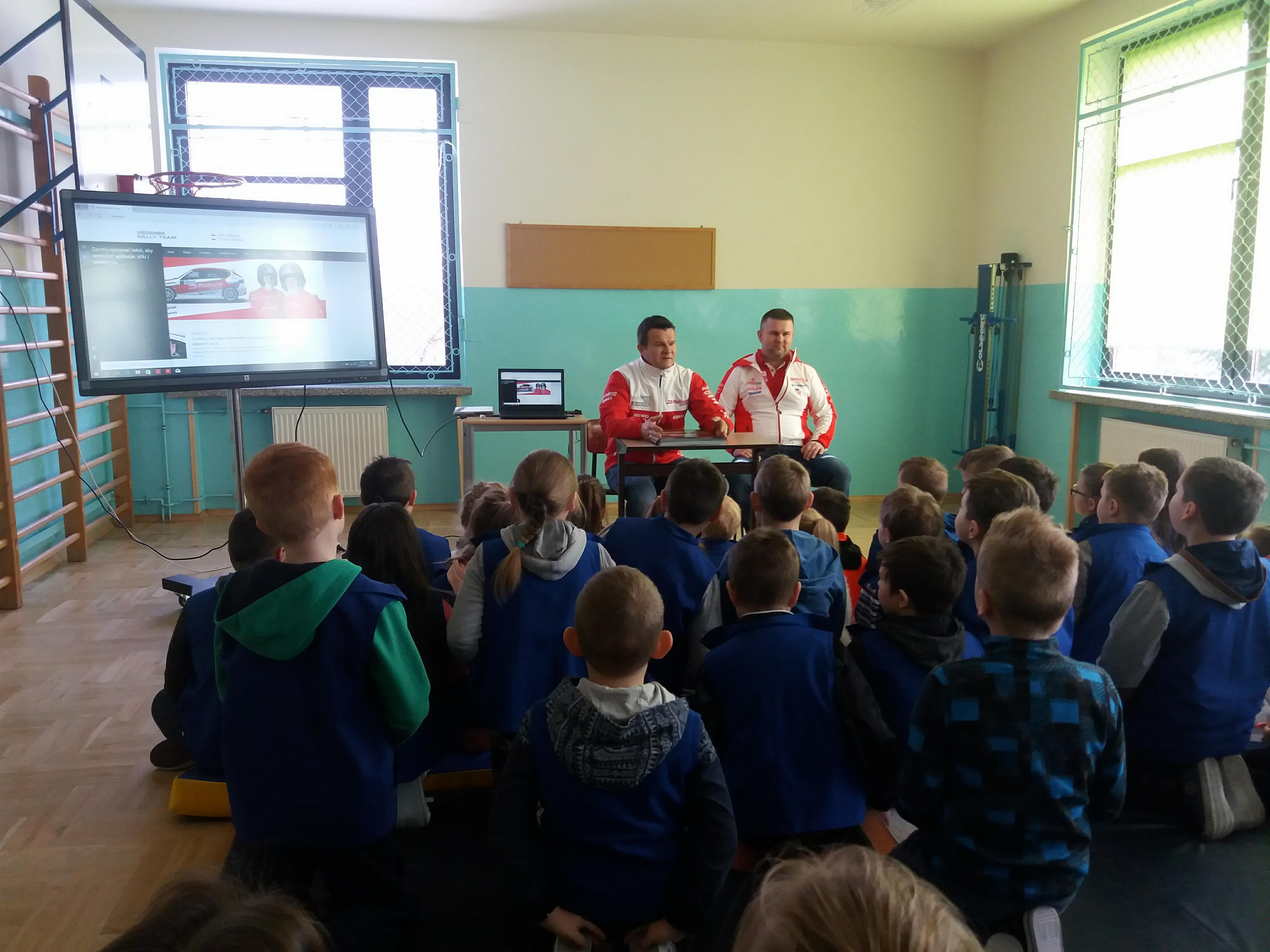 Grzegorz Bębenek i Michał Bębenek podczas zajęć z dziećmi