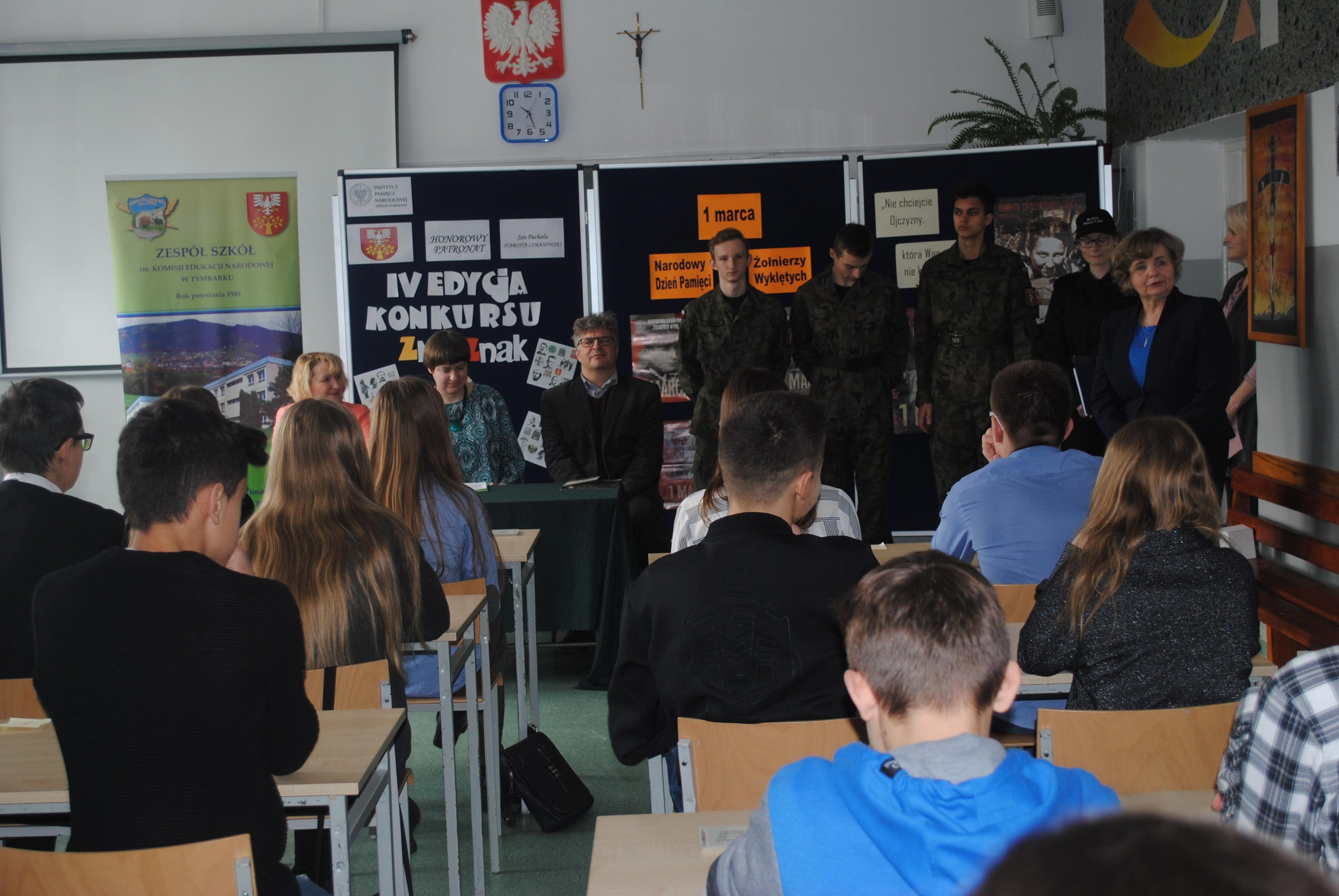 Młodzież wraz z opiekunami i Panią Dyrektor podczas konkursu