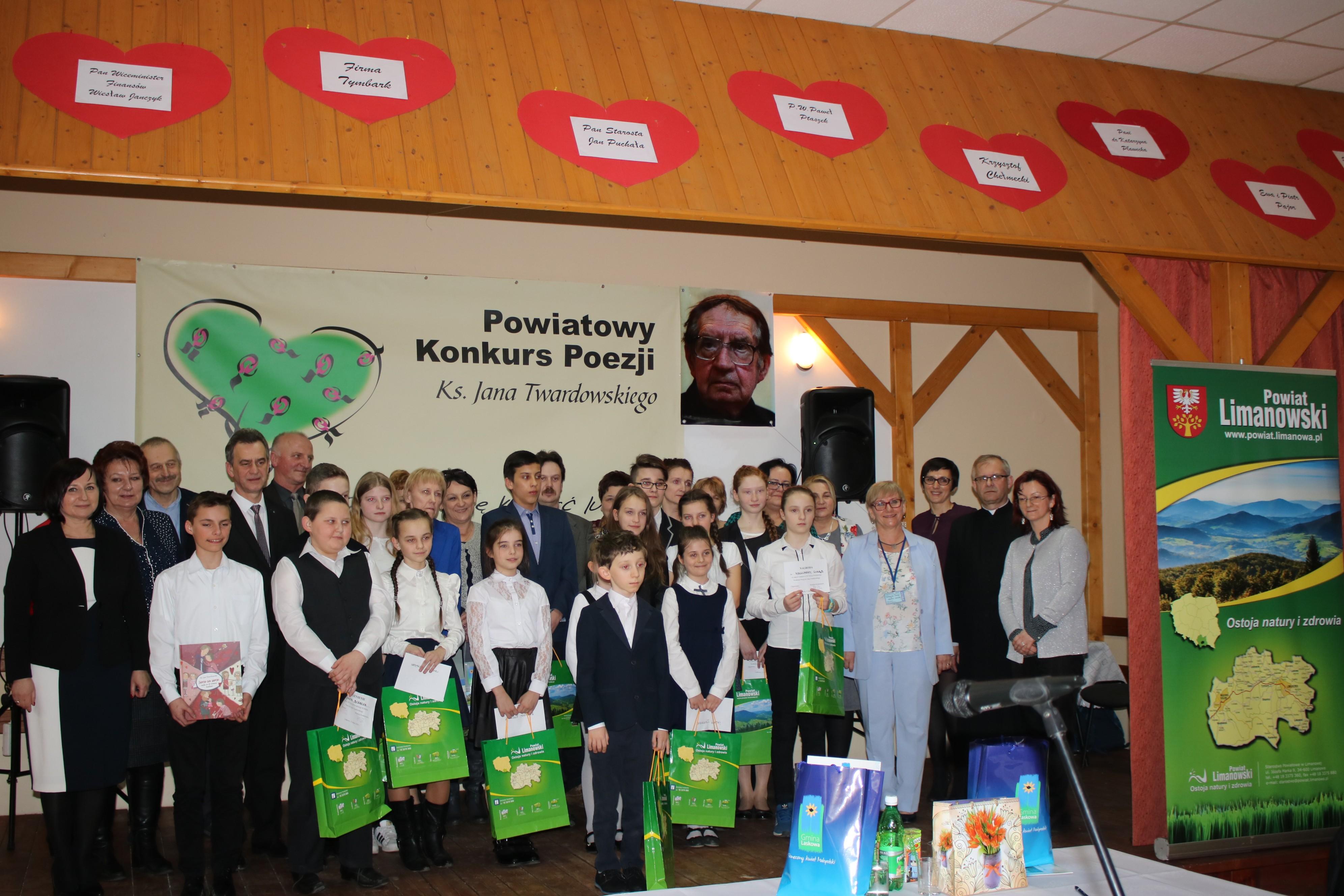 Uczestnicy Konkursu na zdjęciu grupowym wraz z opiekunami, gośmi i organizatorami wydarzenia