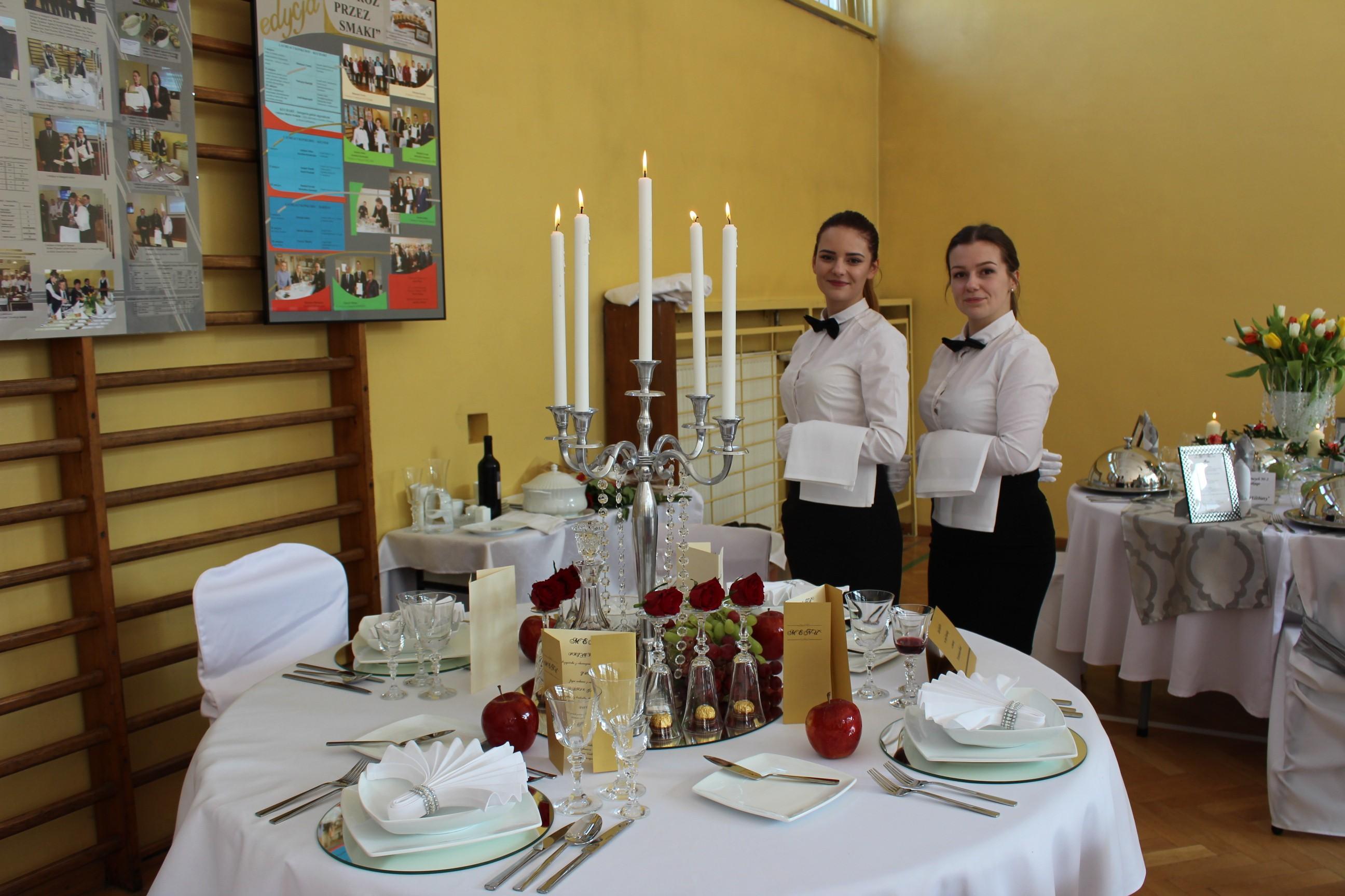 Uczestniczki konkursu przy stole