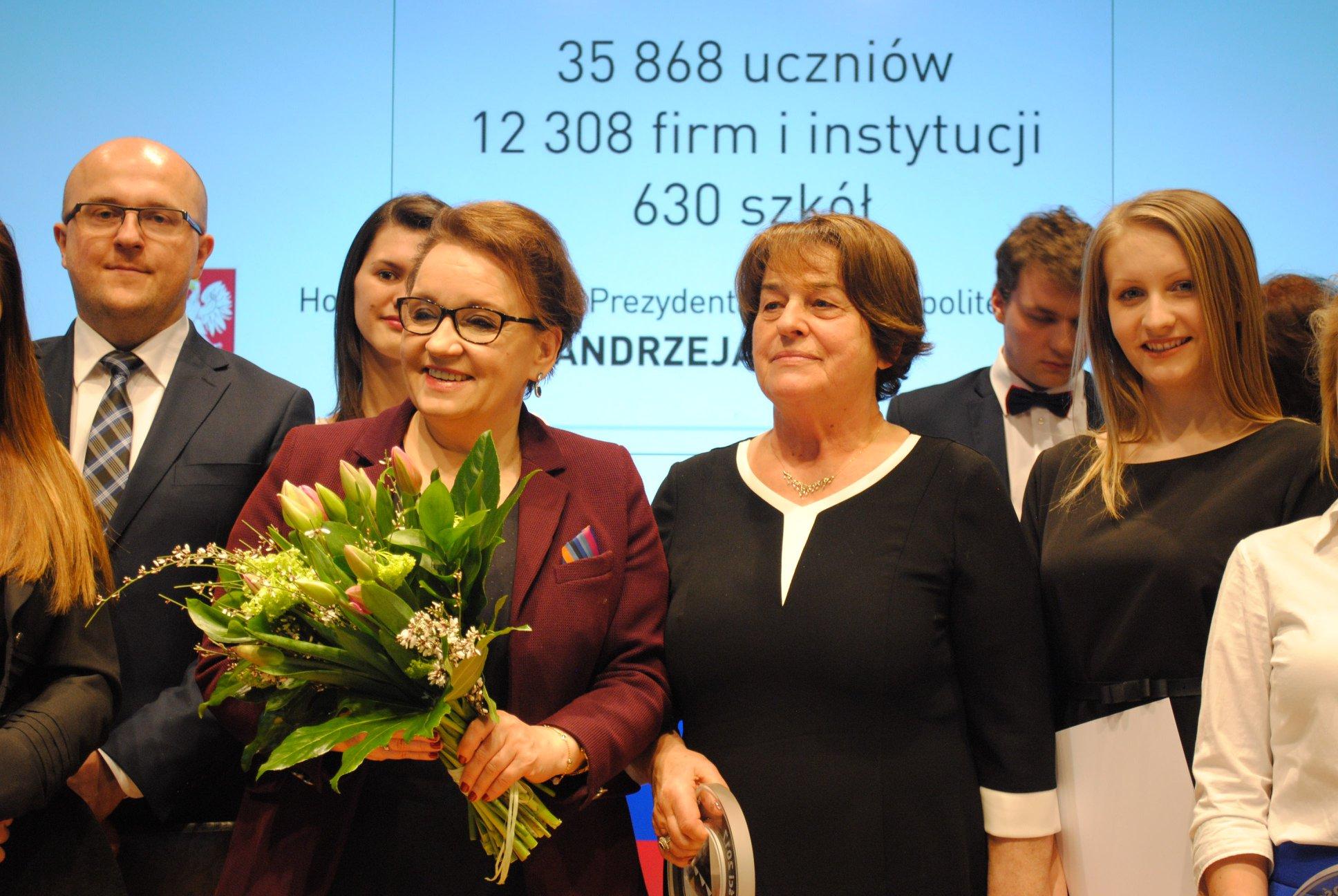 Dyrekcja Zespołu Szkół Tischnera wraz z Minister Edukacji Narodowej Anną Zalewska