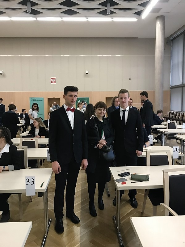 laureaci olimpiady budowlanej z nauczycielką prowadzącą