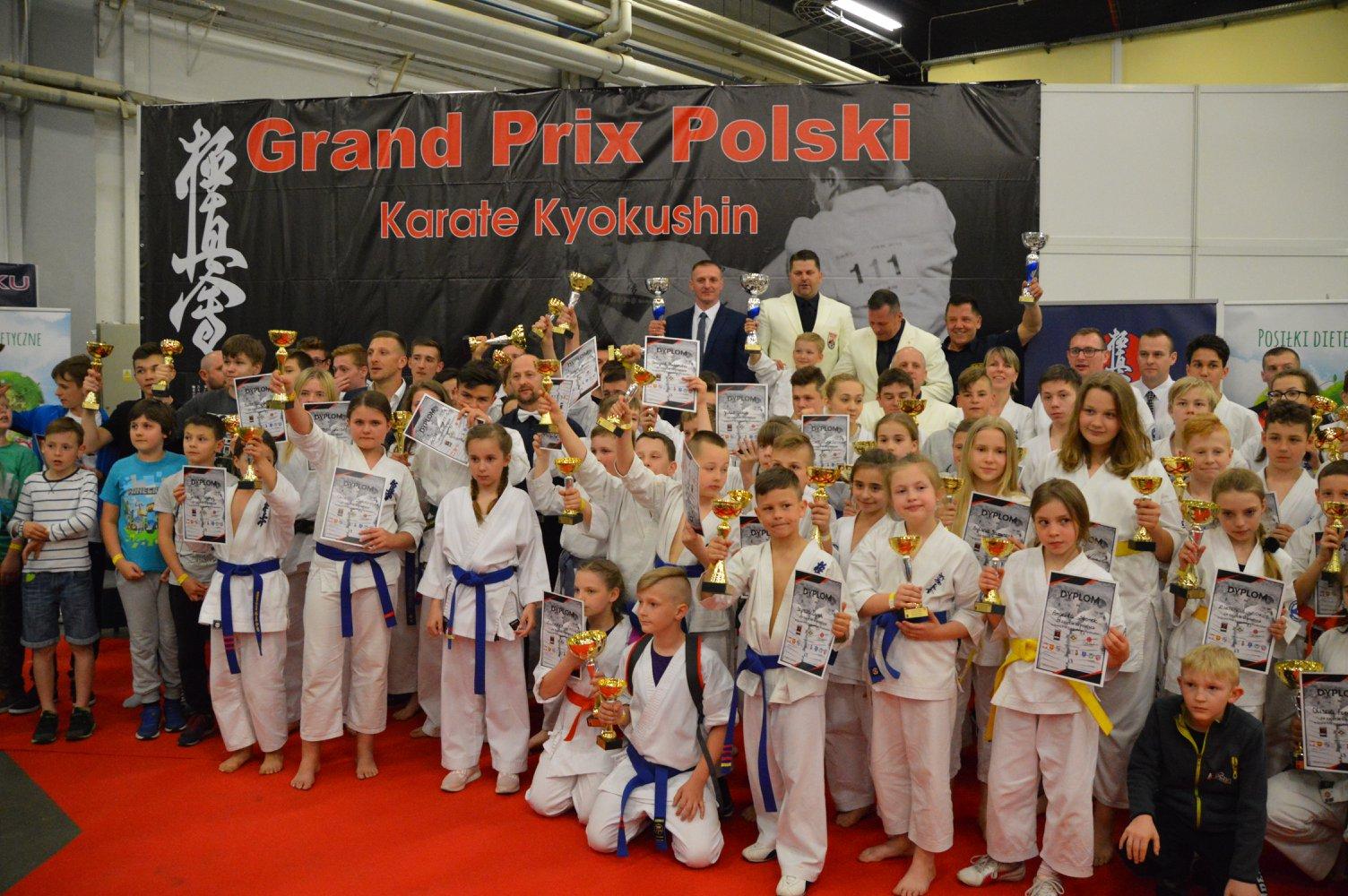 wspólne zdjęcie zwyciężców II Grand Prix Polski Kyokushin Karate IKO Nakamura w Kielcach