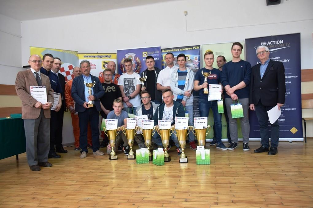 Ogólnopolski Młodzieżowy Turniej Motoryzacyjny w Szczyrzycu - wspólne zdjęcie uczestników konkursu