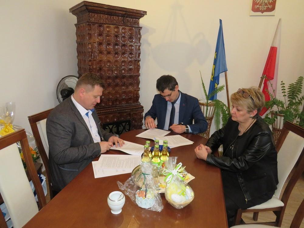 podpisanie umowy gmina Tymbark