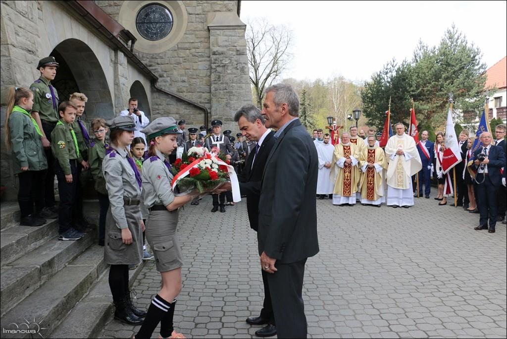 Wicestarosta I Przewodniczący Rady składają wiązankę oddajac cześć ofiarom zbrodni katyńskiej