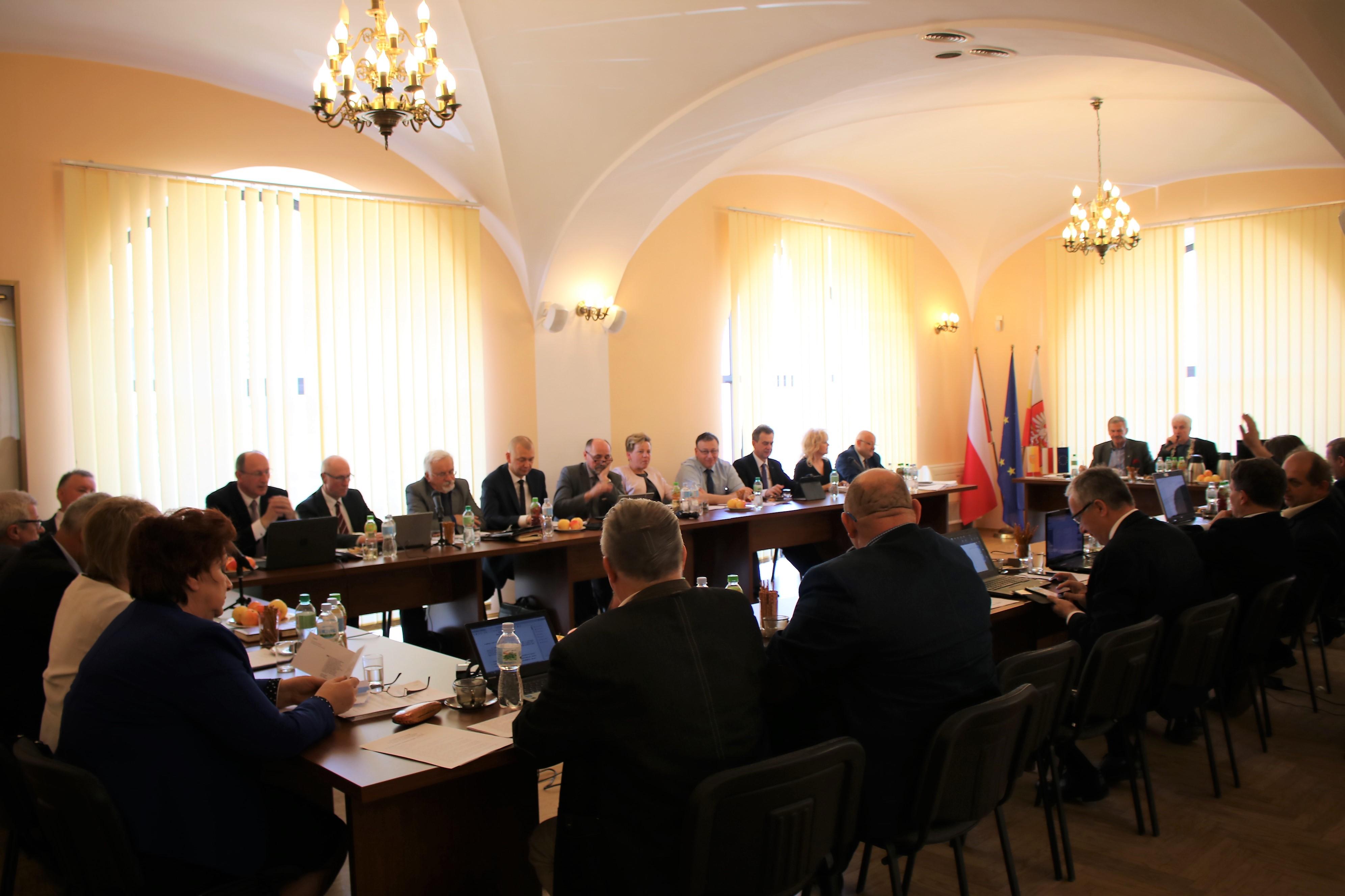 Grono radnych podczas sesji rady powiatu