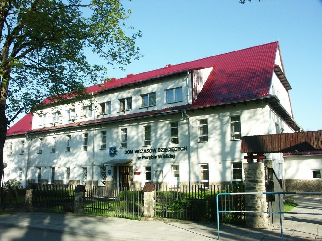 budynek Domu Wczasów Dziecięcych w Porębie Wielkiej