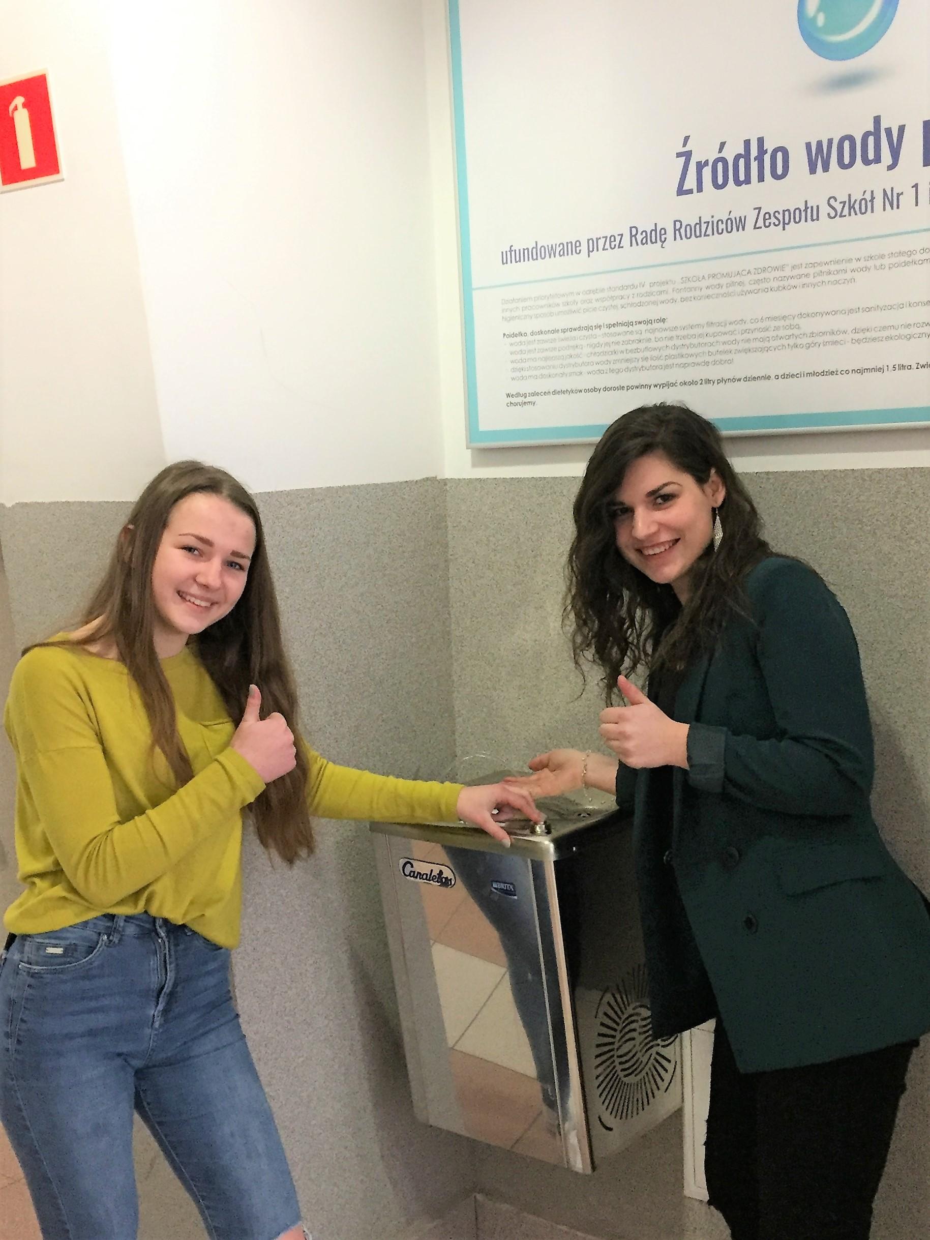 uczniowie z ZS nr 1 w Limanowej korzystają ze źródełka wody pitnej