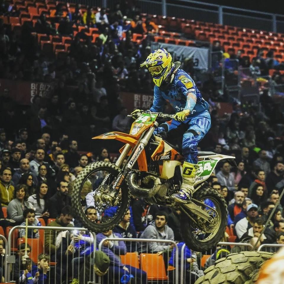 Emil Juszczak na motocyklu podczas zawodów