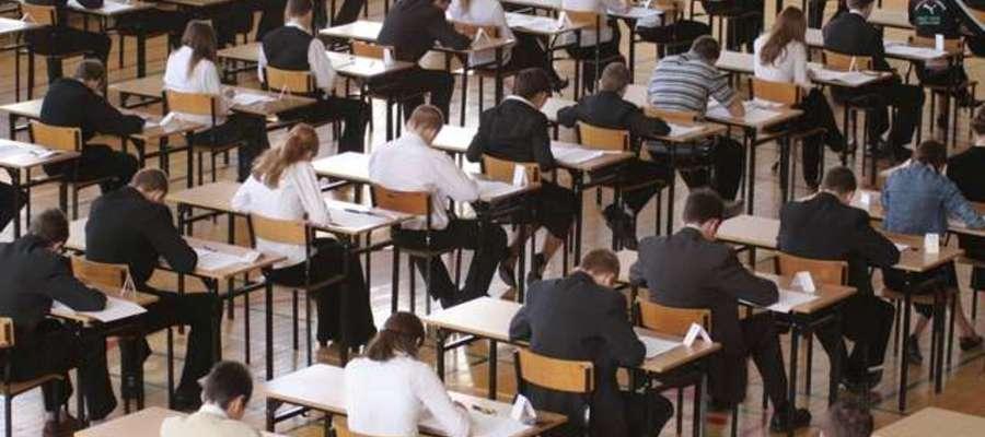 gimnazjaliści podcza pisania testu