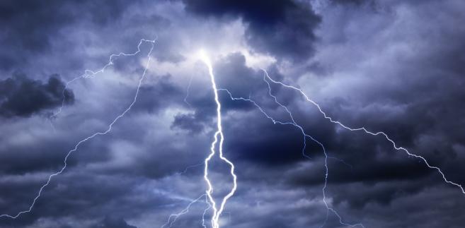 widok błyskawic na pochmurnym niebie