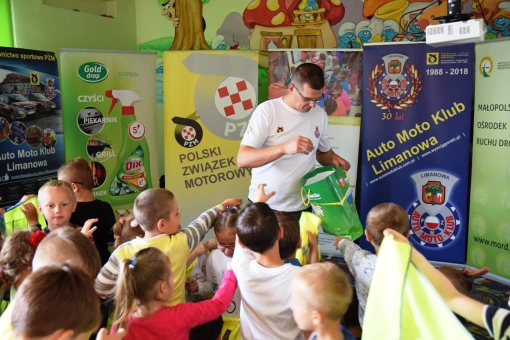 przedszkolaki otrzymują od przedstawiciela AMK Limanowa kolorowe odblaski
