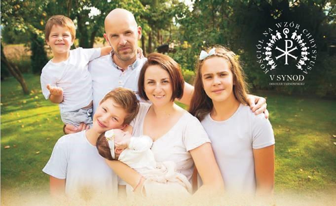 pięcioosobowa rodzina na wspólnym zdjęciu