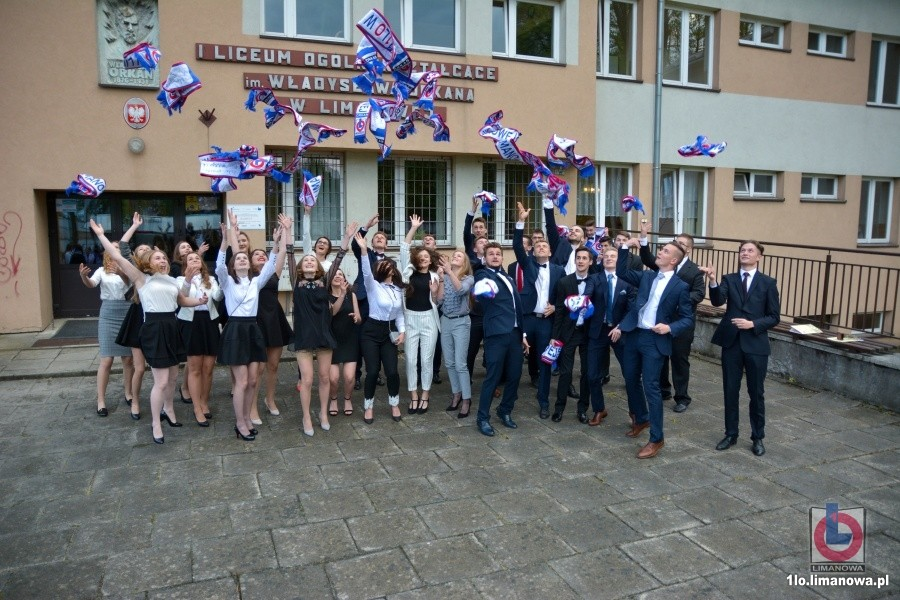 uczniowie klas maturalnych I LO w Limanowej podczas zakończenia roku szkolnego
