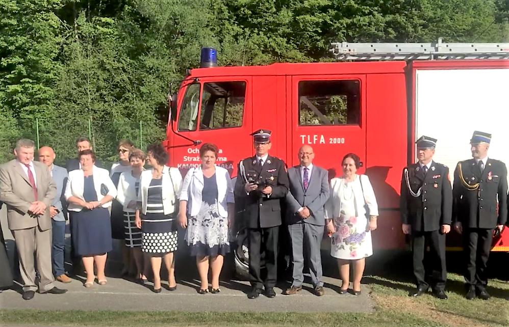 przedstawiciele Gminy Laskowa i Powiatu Limanowksiego na wspólnym zdjęciu na tle nowego samochodu strazackiego