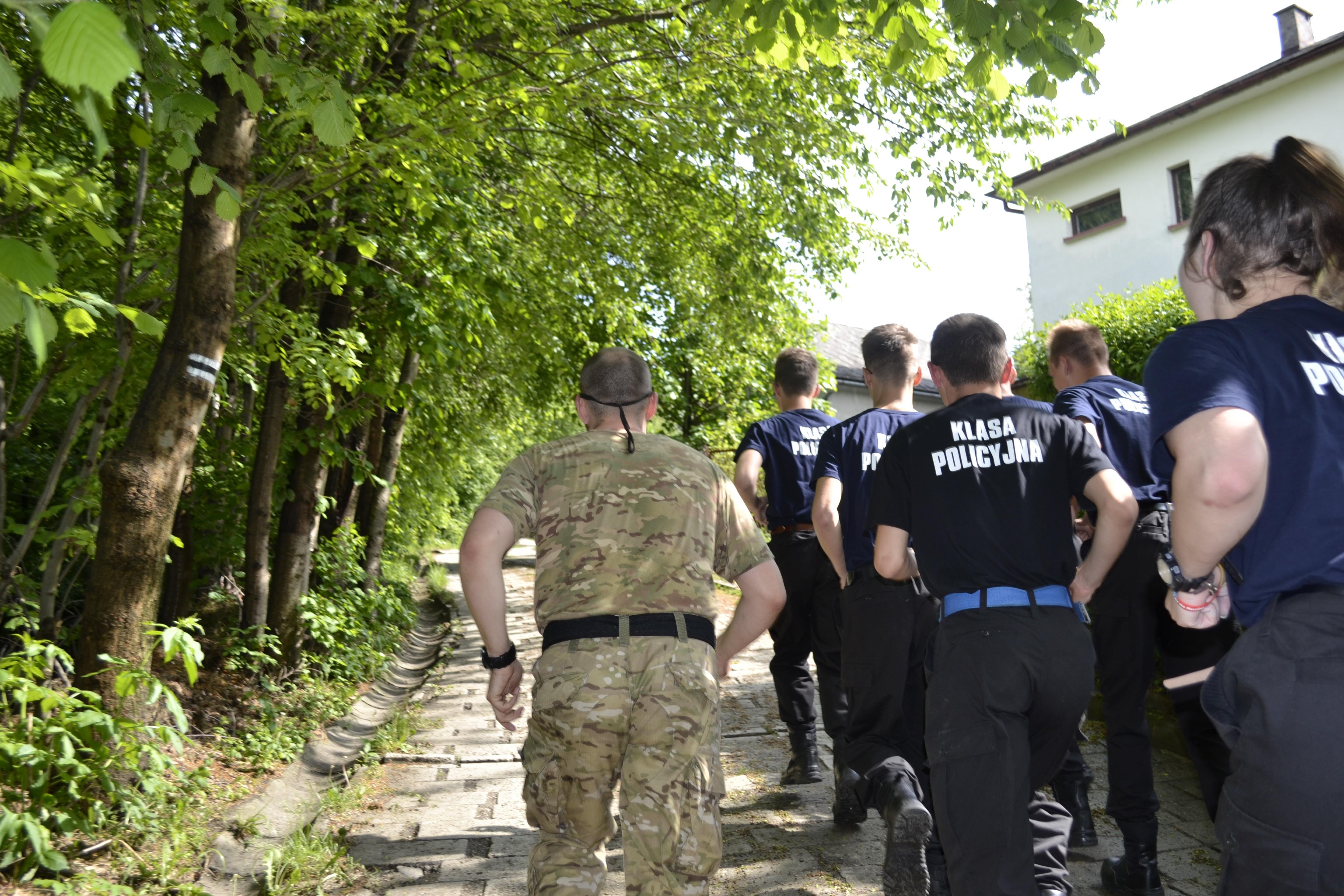 młodzież klasy policyjnej z ZS im KEN w Tymbarku podczas ćwiczeń