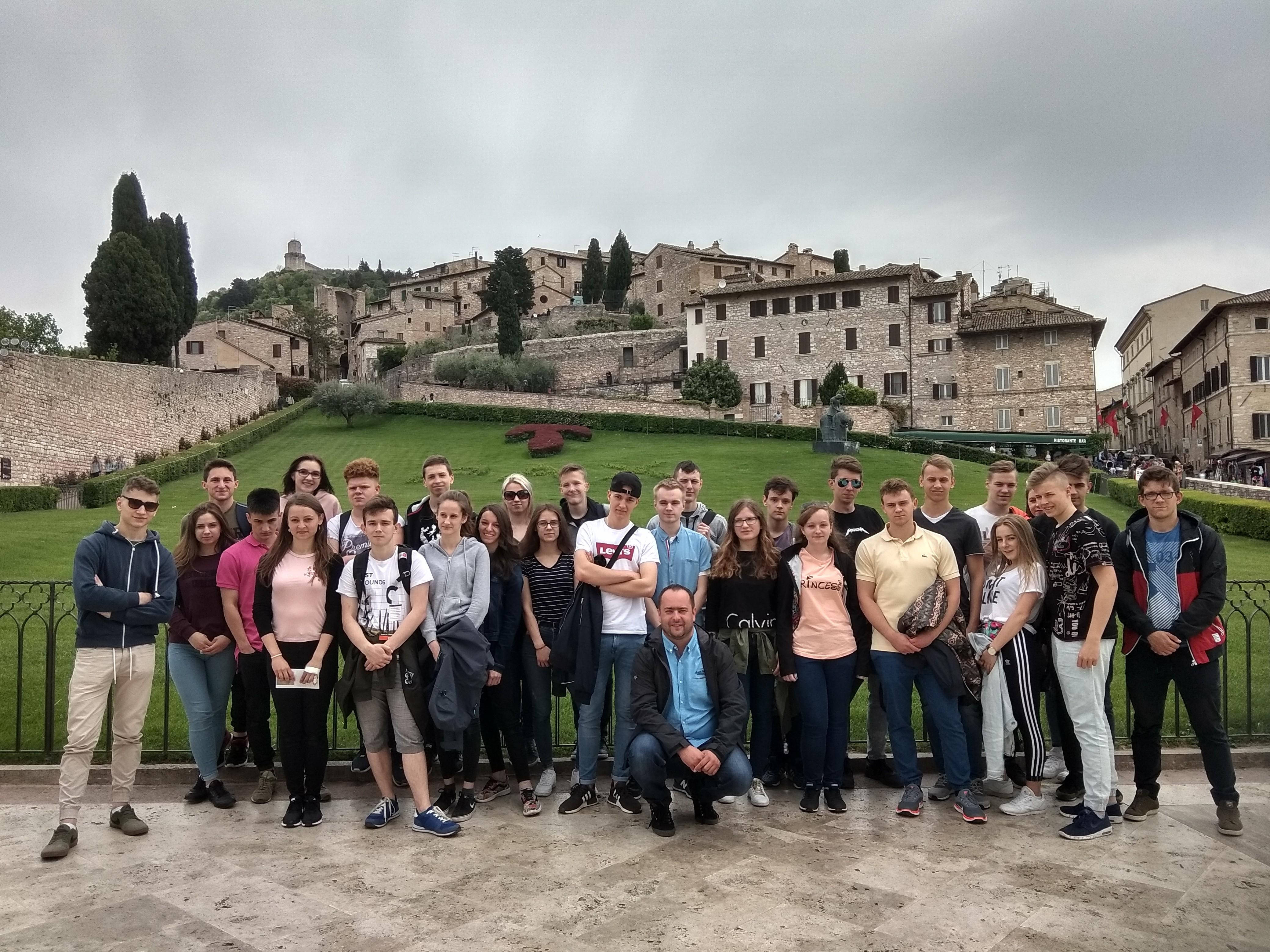 grupowe zdjęcie uczniów z I LO w Limanowej na tle Starego Miasta w Rzymie