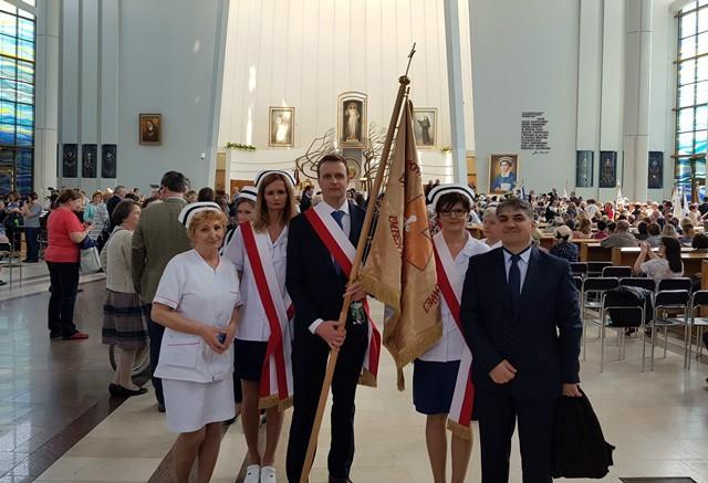 delegacja Powiatowego Szpitala w Limanowej ze sztandarem na zdjęciu przed Sanktuarium w Łagiewnikach