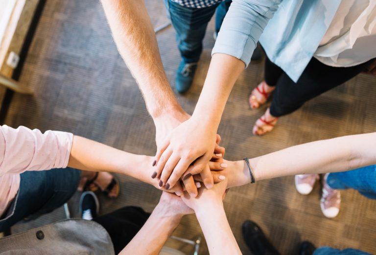 zdjęcie trzymających się dłoni symbolizujące wzajemne wsparcie