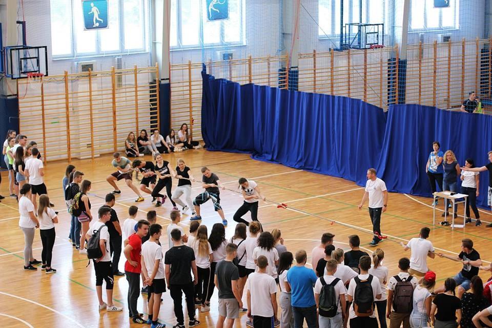 Młodzież podczas dnia sportu w Zespole Szkół nr 1 w Limanowej